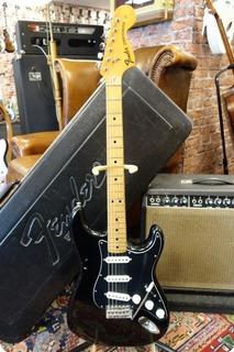 Fender Fender Stratocaster 1975 Black / Black Pickguard 1975 Black / Black Pickguard
